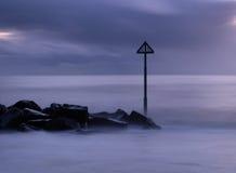 Crépuscule par la mer Image libre de droits