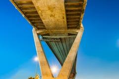 Crépuscule sous le pont de Bhumibol de vue Photographie stock
