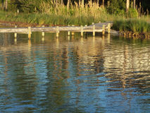 Crépuscule sur l'eau et le pilier Photos libres de droits