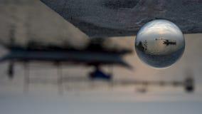 Crépuscule sur la côte du ` s de Calatagan aux Philippines par une boule de cristal photo stock