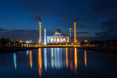 Crépuscule sur le réflexe de mosquée sur l'eau, Thaïlande Images stock