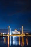 Crépuscule sur le réflexe de mosquée sur l'eau, Thaïlande Image stock