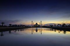 Crépuscule sur le réflexe de mosquée sur l'eau, Thaïlande Photo stock