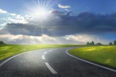 Crépuscule sur une route Photographie stock libre de droits