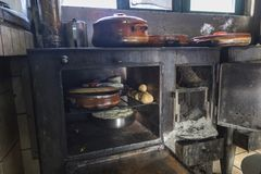 Crétois traditionnel faisant cuire au-dessus d'un feu en bois en Crète Grèce photographie stock