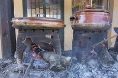 Crétois traditionnel faisant cuire au-dessus d'un feu en bois en Crète Grèce images stock