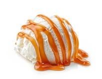 Crême glacée avec de la sauce à caramel Photographie stock libre de droits