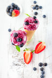 Crême glacée avec des fruits photo stock