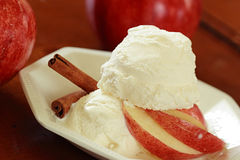 Crême glacée avec des pommes Image stock