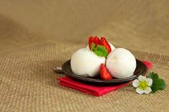 Crême glacée avec la fraise photos libres de droits