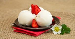 Crême glacée avec la fraise photographie stock