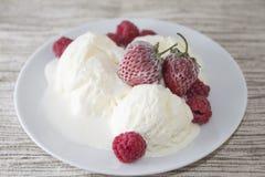 Crême glacée avec la fraise Photo stock