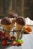 Crême glacée de chocolat avec des fraises Photos libres de droits