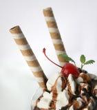 Crême glacée de chocolat avec la cerise Photo libre de droits
