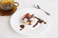 Crême glacée douce avec une fraise Image stock