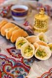 Crêpe arabi tradizionali del kataif farciti con crema ed i pistacchi, per iftar nel Ramadan sul fondo di Paisley Immagini Stock Libere da Diritti