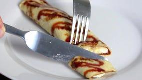 Crêpe avec de la sauce et la banane du plat banque de vidéos