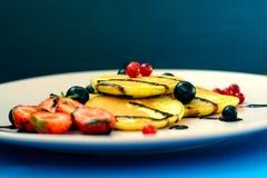 Crêpe avec des baies et chocolat-dopage du plat rose image libre de droits