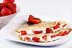 Crêpe avec des fraises Images stock