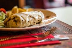 Crêpe avec du fromage, la laitue et des fritures Photo libre de droits