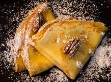 Crêpe avec du miel et des noix Photographie stock libre de droits
