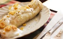 Crêpe avec du miel et la crème Photos libres de droits