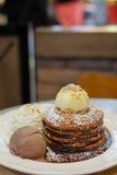Crêpe avec l'amande, la crème fouettée et le service de glace à la vanille sur le plat blanc pour le fond de dessert photo libre de droits