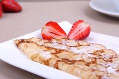 Crêpe avec la fraise Photo libre de droits