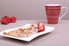 Crêpe avec la fraise Photo stock