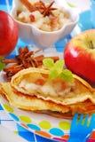 Crêpe avec la pomme et les raisins secs pour l'enfant Photographie stock libre de droits