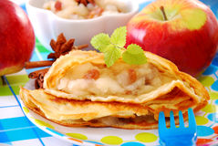 Crêpe avec la pomme et les raisins secs pour l'enfant Photos libres de droits