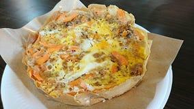 Crêpe avec les carottes et l'oeuf Images stock
