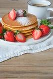 Crêpe avec les fraises et le sirop Photo stock