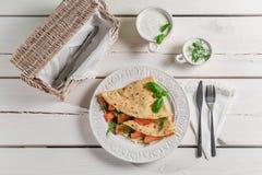 Crêpe avec les saumons, l'aneth et la crème Image stock