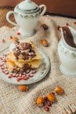 Crêpe blanche avec du chocolat et la grenade Photo stock
