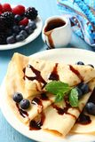 Crêpe casalinghi con i mirtilli, salsa di cioccolato Immagini Stock