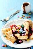 Crêpe casalinghi con il confetto multicolore Fotografia Stock