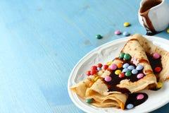 Crêpe casalinghi con il confetto multicolore Immagine Stock