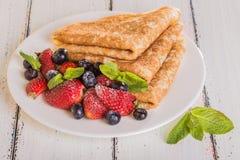 Crêpe casalinghi con le bacche e la frutta Fotografia Stock Libera da Diritti