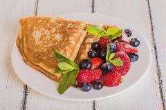 Crêpe casalinghi con le bacche e la frutta Immagine Stock