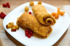 Crêpe con con formaggio e le bacche fresche sul piatto bianco Immagine Stock Libera da Diritti
