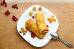 Crêpe con con formaggio e le bacche fresche sul piatto bianco Fotografie Stock