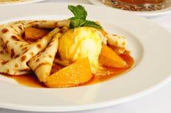 Crêpe con i arancio-pezzi ed il gelato fotografia stock