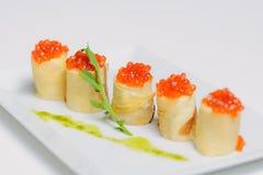 Crêpe con il caviale ed il formaggio di color salmone Fotografie Stock