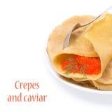 Crêpe con il caviale rosso sul piatto, isolato Fotografia Stock Libera da Diritti