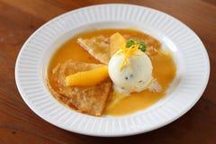 Crêpe con il gelato e la salsa arancio fotografia stock