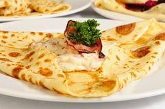 Crêpe con il prosciutto ed il capra-formaggio immagine stock libera da diritti