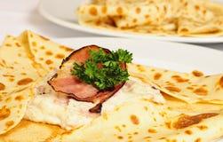 Crêpe con il prosciutto ed il capra-formaggio immagine stock