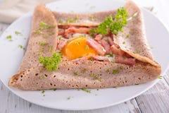 Crêpe con l'uovo ed il bacon immagine stock