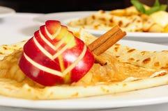 Crêpe con la mela e il cinamon immagine stock